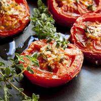 rostade tomater med vitlök och timjan foto