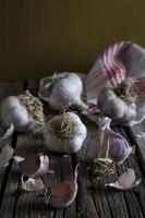 ryska röda vitlöklökor och kryddnejlikor på rustik träyta foto