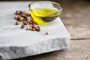 olivolja och peppar foto