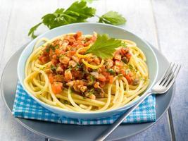 spaghetti med svärdfisk ragout och citronskorpa foto