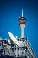 telekommunikationssatelliter. tv-torn foto