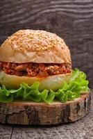 hamburgare med kött och sallad foto