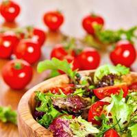 blandad sallad och tomater