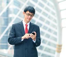 affärsman som använder sin mobiltelefon, porträtt foto
