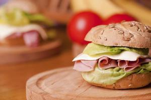 hälsosam smörgås med skinka, sallad, ost foto