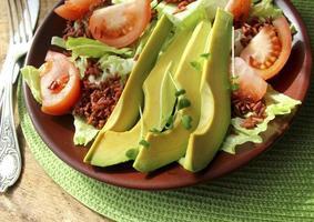 sallad med avokado, tomater, sallad, .ris foto