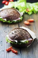hälsosam smörgås med skinka, ost och sallad foto