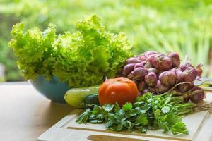 grönsaker för ekologisk matbakgrund på bordet foto