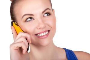 ung kvinna pratar i mobiltelefon foto