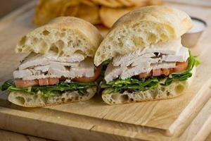 klassisk amerikansk kycklingsmörgås med sallad & tomat foto