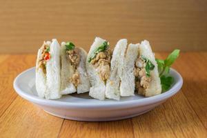 brödsmörgås med tonfisk, skivor på plattan foto