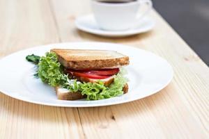 hälsosam skinkasmörgås med ost, tomater och sallad foto