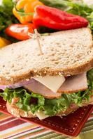 närbild hälsosam lunch smörgås med paprika foto