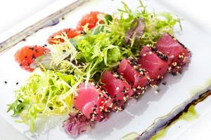 sallad med lax och tonfisk. foto