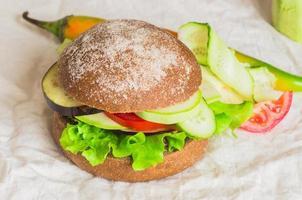 hamburgare med grönsaker foto