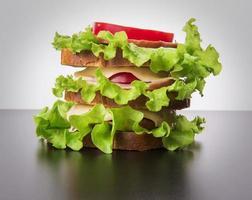 smörgås med tomatost och skinka foto