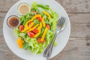ekologisk grönsaksallad är på bordet foto
