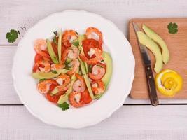 räkor, avokado och tomatsallad foto