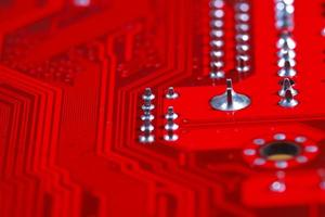 närbild av röd elektronisk moderkortkrets med processor foto