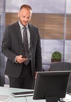 affärsman som håller mobil foto