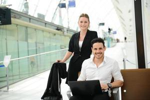 affärsfolk i offentlig station som arbetar med dator wifi-område foto