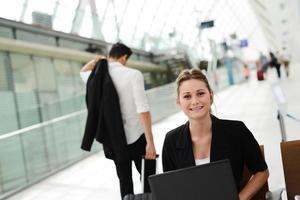 affärskvinna i offentlig station som arbetar med dator wifi-område foto