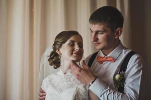 mannen omfamnar ömt med sin fru foto