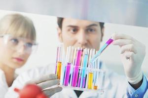 vetenskapsfolk i ljusa labb