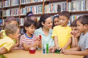 elever och lärare som gör vetenskap i biblioteket foto