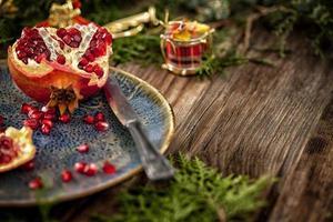 granatäpple på det rustika bordet