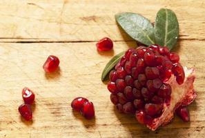 granatäpple med frön och blad foto