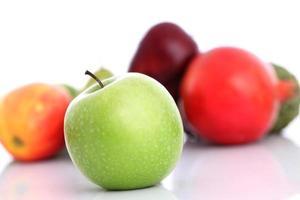 färskt grönt äpple med andra frukter foto