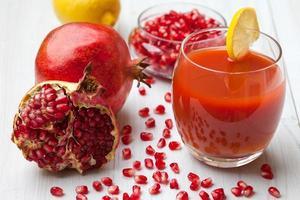 färsk granatäpplesaft foto