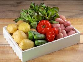 låda med grönsaker
