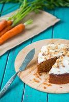morotkaka och färsk morot på bordet foto