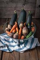 de färska grönsakerna i en genomskinlig glasskål. foto