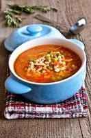 soppa med liten pasta, grönsaker och köttbitar foto