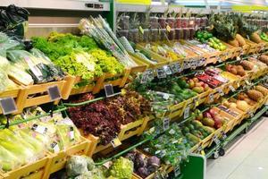 olika grönsaker och frukt i mataffären