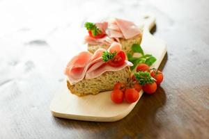 skinka tomatsmörgås foto