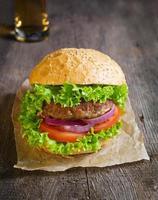 hamburgare med nötkotlett, sallad, lök och tomat