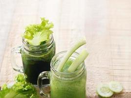 smoothie detox sallad och gurka på träbakgrund foto