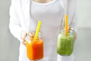 färsk smoothie detox grönsakssalot och gurka foto