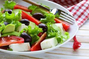 medelhavssallad med svarta oliver, sallad, ost och tomater