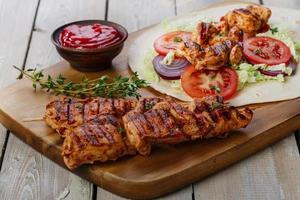 grillad kyckling Shawarma med sås foto