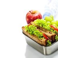 matlåda med smörgåsar och frukter foto
