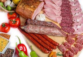 rökt kött på träisolerad vit bakgrund foto