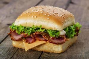 fyrkantig smörgås med skinka och ost foto