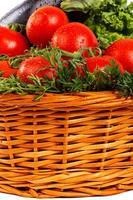 närbild av färska grönsaker med dagg i korg foto