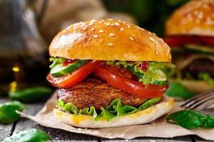 vegetarisk hamburgare med grillad champignon foto