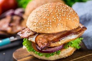 hemgjord hamburgare på träplatta